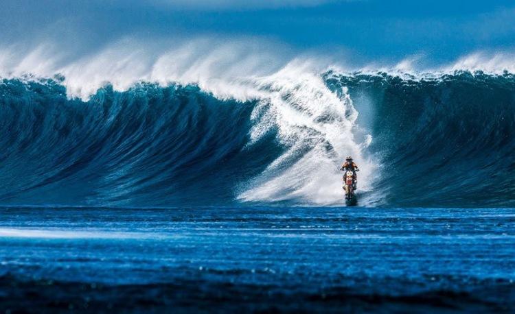 Австралиец проехался на мотобайке по воде