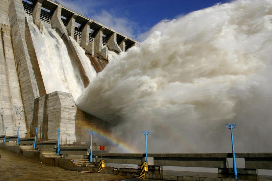Аварийный выброс воды с плотины