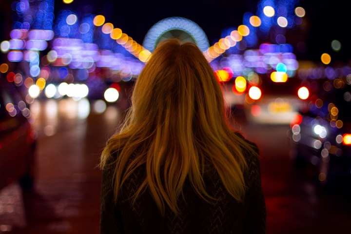 Фото девушка со спины на аву ночью